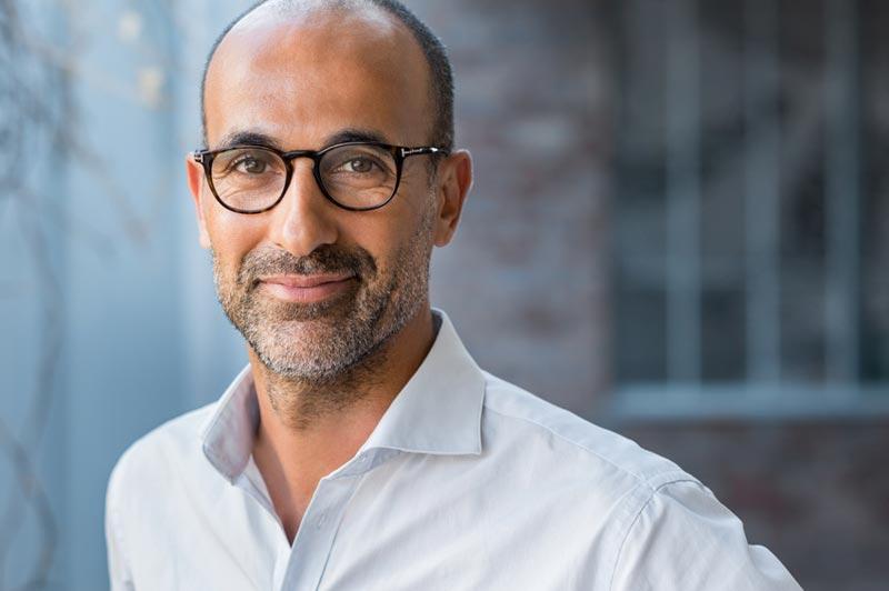 Vital wirkender gesunder Mann mit Bart und Brille verkörpert positive Ausstrahlung