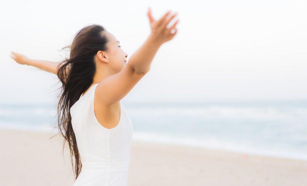 Glückliche ausgeglichene asiatische Frau